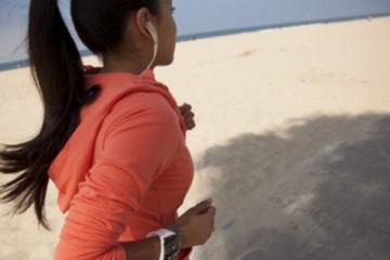 fitness verlanglijstje - smartphone bedienen met oordopjes