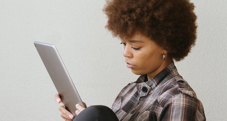 vrouw met tablet