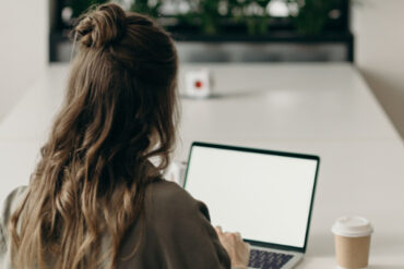 Dame aan het werk met laptop