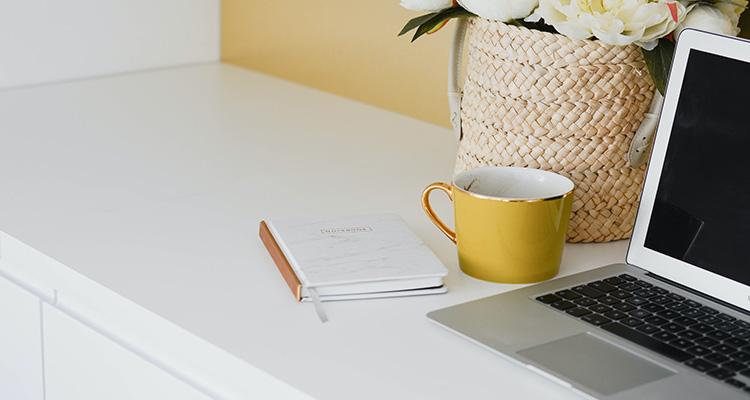 Uitstaande laptop op een bureau