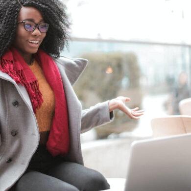 Studente stelt vraag tijdens online college