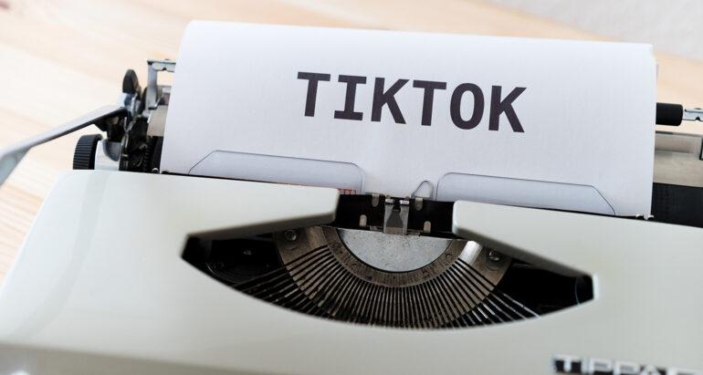 TIKTOK geschreven op typemachine