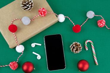 Smartphone, cadeautje en kerstversieringen.