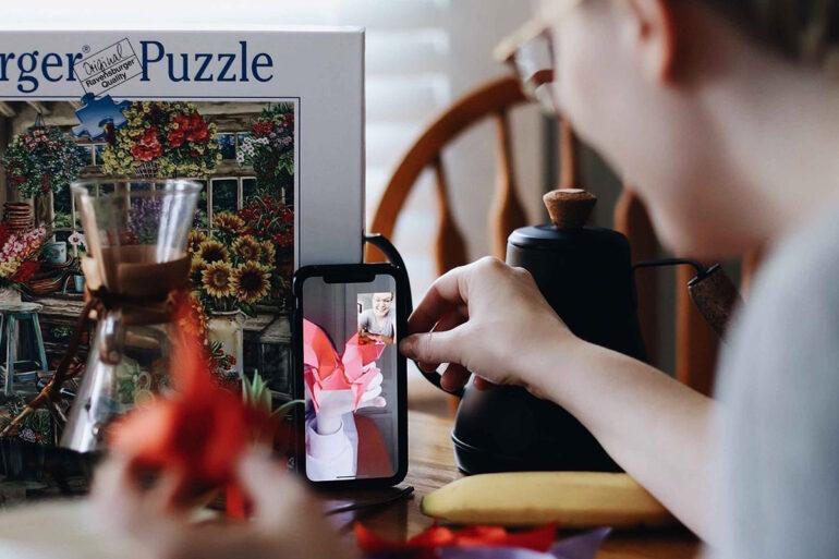 Persoon laat via videobellen zijn cadeautje zien.