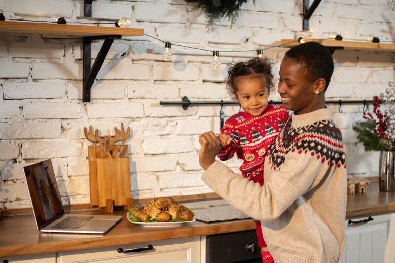 Moeder en dochter videobellen tijdens kerst
