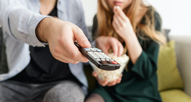 Stel zet de tv aan met de afstandsbediening
