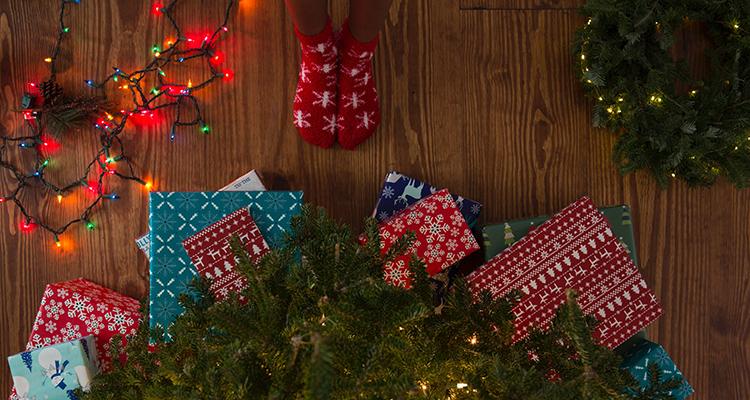 Kerstcadeaus bij de kerstboom