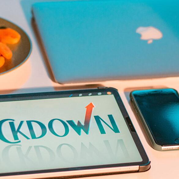Lockdown geschreven op een ipad, naast een macbook en iphone