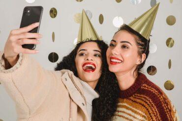Twee vrouwen maken een selfie