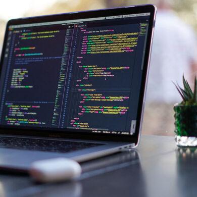 Programmeercodes op laptop