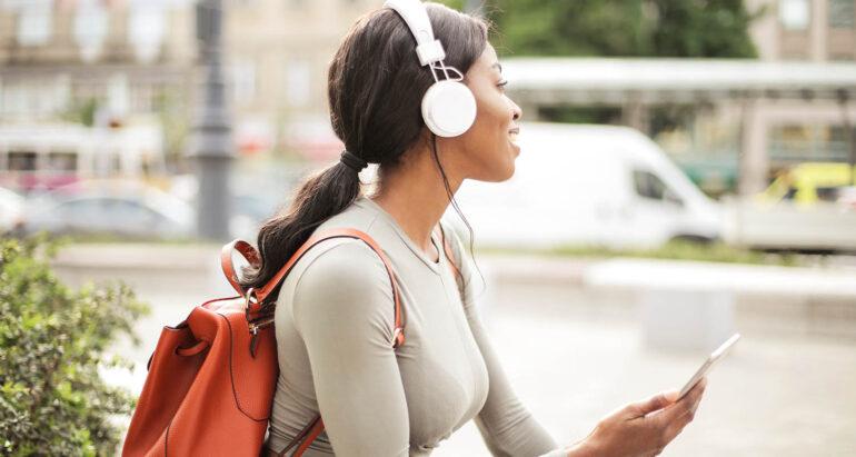 vrouw met hoofdtelefoon op