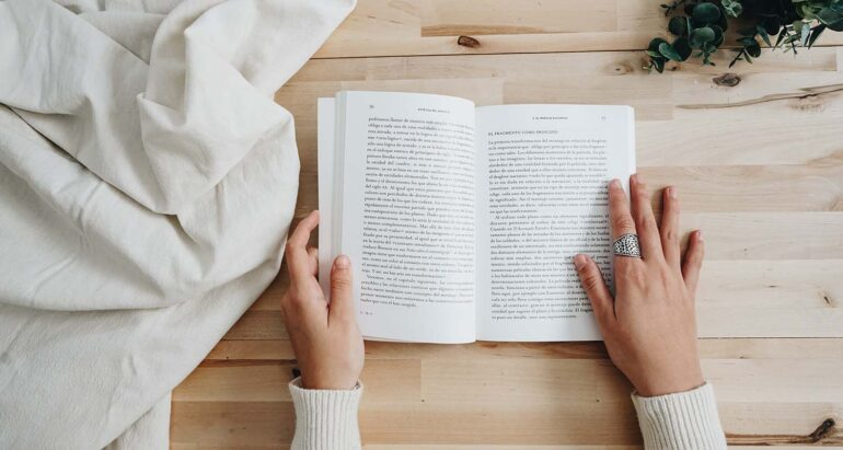 opengeslagen boek op tafel