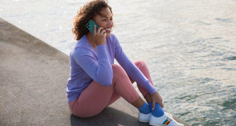 Vrouw belt met Fairphone 4